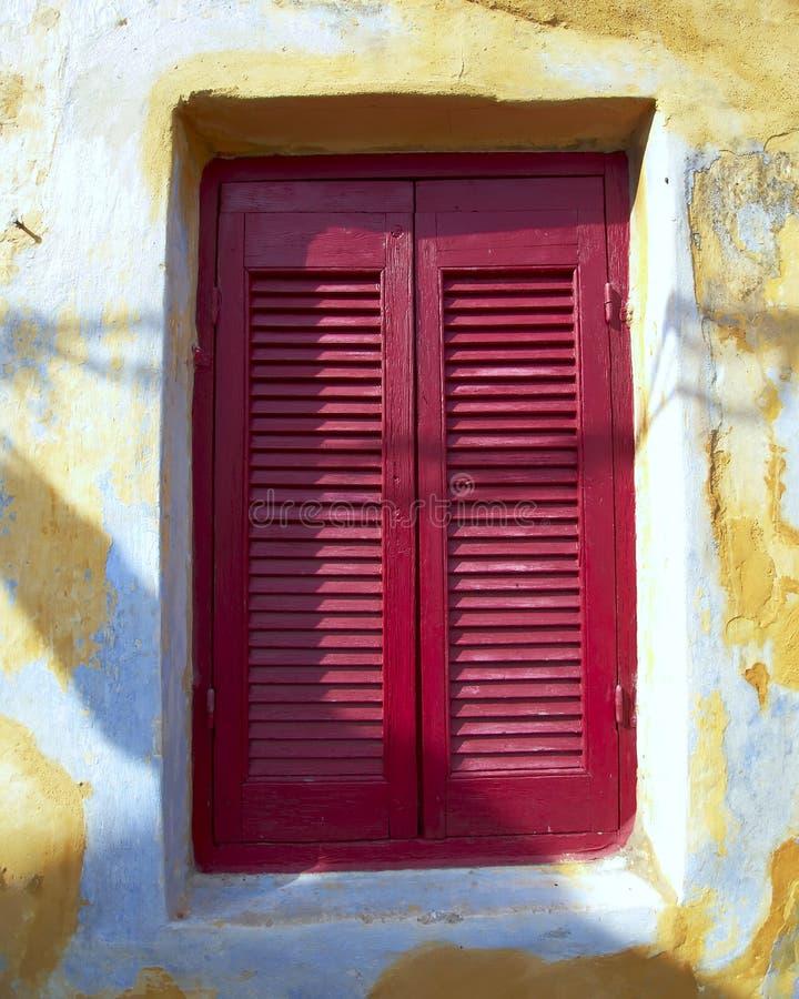 Bordeaux gesloten vensterblinden royalty-vrije stock foto