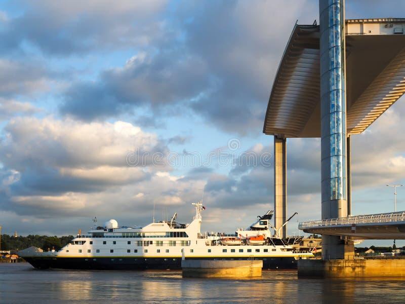 BORDEAUX GIRONDE/FRANCE - SEPTEMBER 18: Ny elevatorbro Jacque royaltyfria bilder