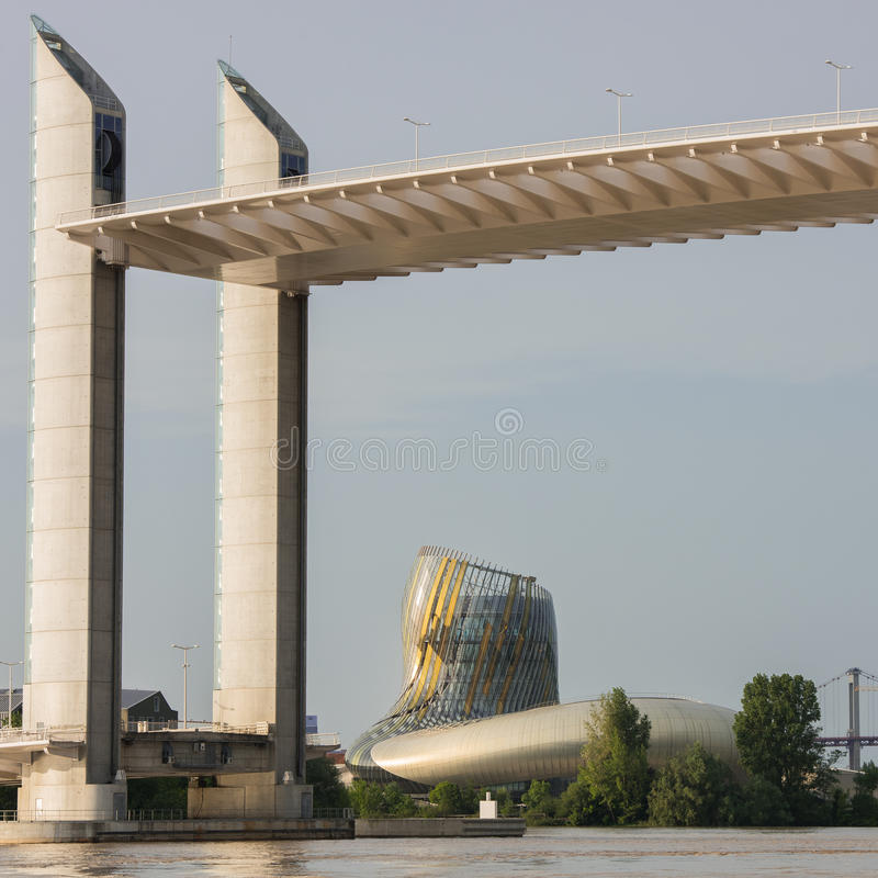 Bordeaux Gironde, FRANKRIKE - Maj 27:: Citera du Vin Building och bron Chaban Delmas i Bordeaux på Maj 27, 2017 arkivbild