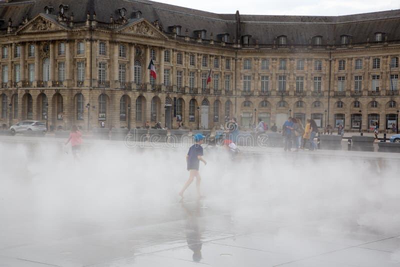 Bordeaux, l'Aquitaine/France - 06 10 2018 : Le miroir de l'eau de Bordeaux complètement du jeu de personnes ont l'amusement dans  image libre de droits