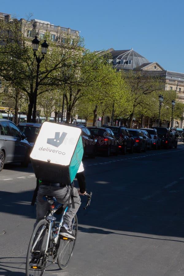 Bordeaux, l'Aquitaine/France - 22 mars 2019 : le deliveroo est une société de livraison en ligne britannique de nourriture a fond image libre de droits