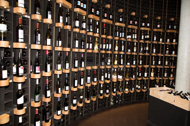 Bordeaux, Nouvelle Aquitaine/Frankrijk - 06 20 2018: benedenverdieping, there's een boekhandel, een wijnbar en een toevallig re stock afbeelding