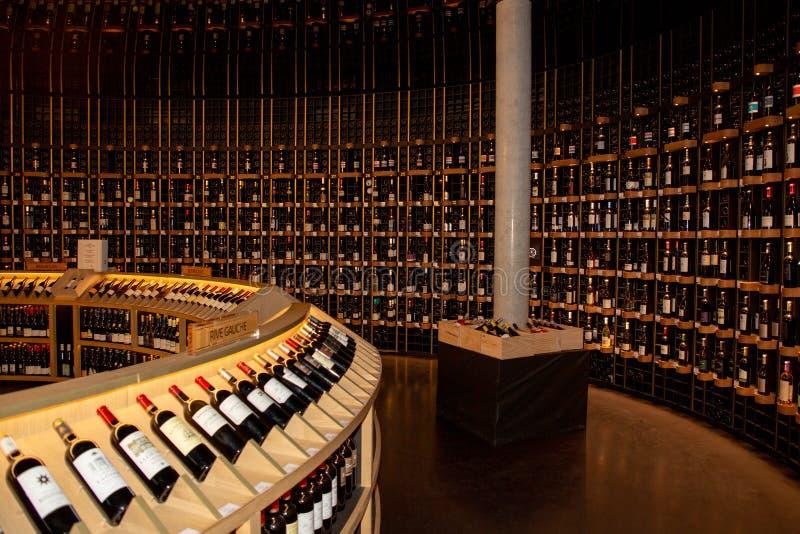 Bordeaux Nouvelle Aquitaine/Frankrike - 03 28 2019: Citera du vin som den inre flaskan shoppar in i vinmuseum arkivfoto