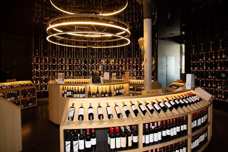 Bordeaux Nouvelle Aquitaine/Frankrike - 03 28 2019: Citera du Vin Wine shoppar in i vinmuseum i Bordeaux royaltyfri bild