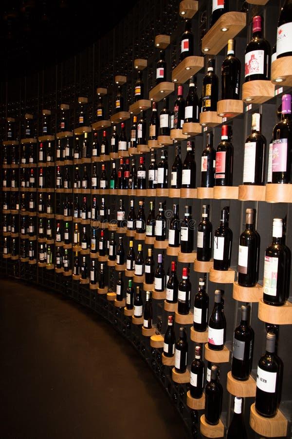 Bordeaux, nouvelle l'Aquitaine/France - 06 20 2018 : Citez du Vin la boutique sur place photographie stock libre de droits