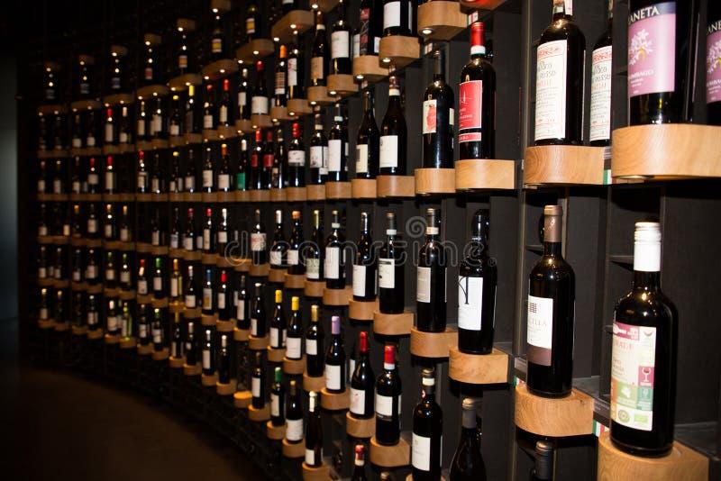Bordeaux, nouvelle l'Aquitaine/France - 06 20 2018 : Citez du Vin moderne, l'espace élégant ouvert à tous, en présentant une séle image stock