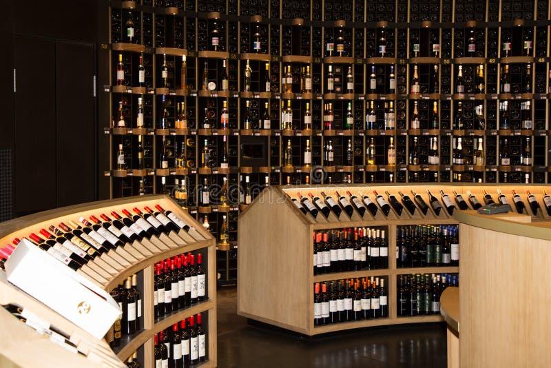 Bordeaux, nouvelle l'Aquitaine/France - 06 20 2018 : Citez du Vin Stocked 14.000 bouteilles représentant 80 pays cette caverne un image stock