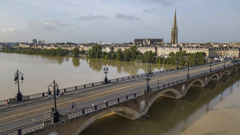 Bordeaux, Pont de Pierre, vecchio ponte pietroso in Bordeaux in un bello giorno di estate fotografie stock libere da diritti