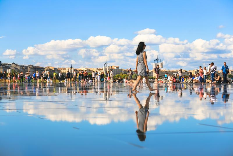 Bordeaux vattenspegel mycket av folk i sommar royaltyfri foto