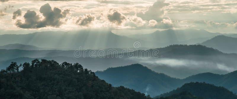 Bordee la luz y la luz de Sun en Mountain View de Chaingmai del atasco de lunes imágenes de archivo libres de regalías