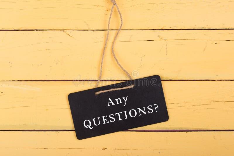 Borden met inschrijving 'OM HET EVEN WELKE Vragen? ' stock afbeeldingen