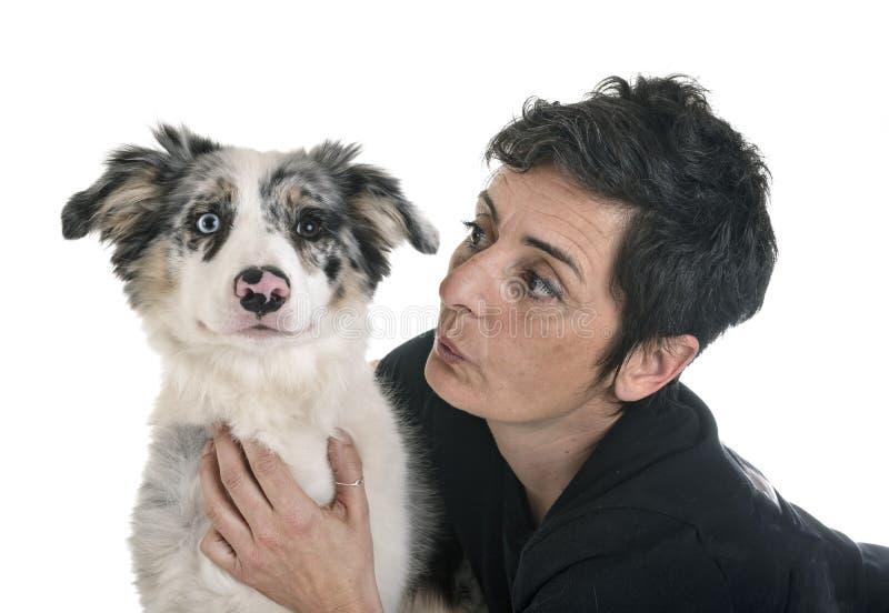 Border collie y mujer del perrito foto de archivo