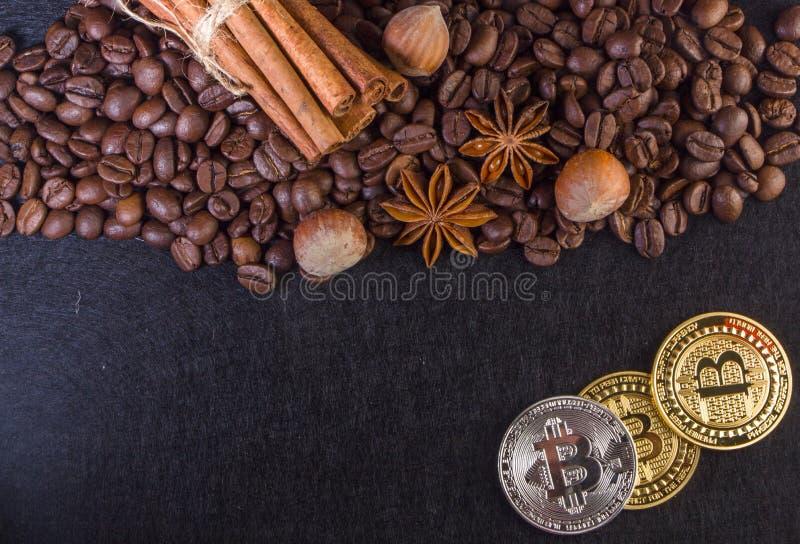 Bordi di Bitcoin dell'oro dal chicco di caffè fotografie stock libere da diritti