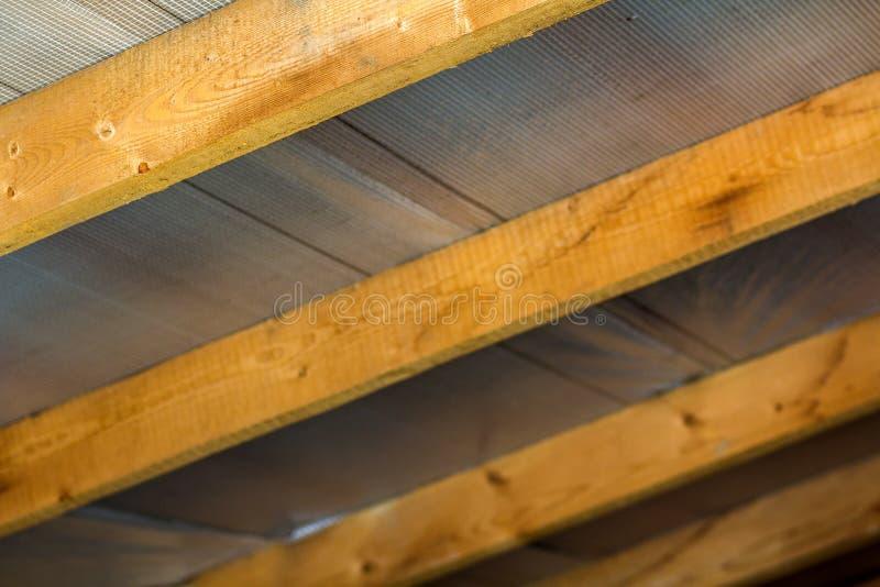 Bordi di legno, elementi di costruzione di un tetto fotografia stock
