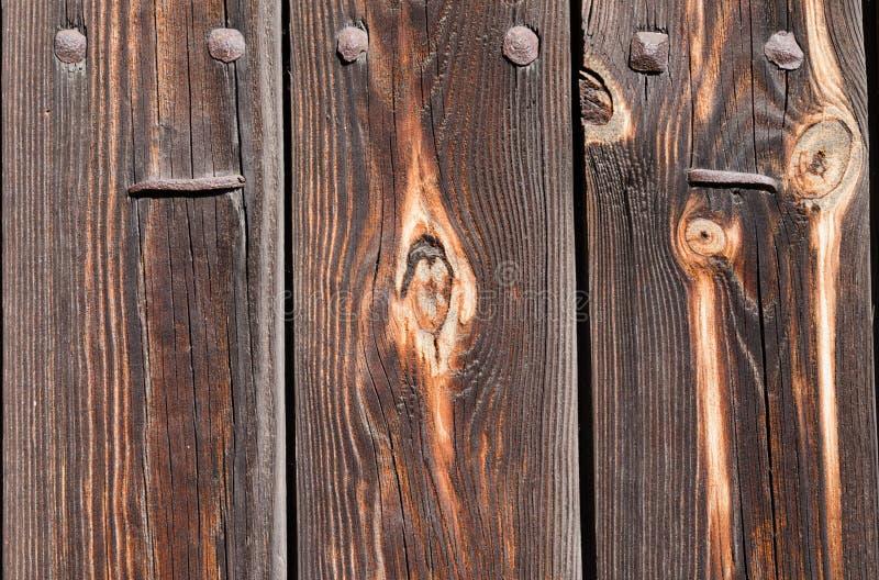 bordi di legno marroni con i chiodi ed i ribattini arrugginiti del ferro immagini stock libere da diritti