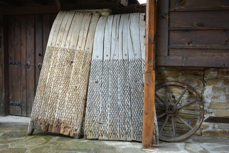 Bordi di trebbiatura usati per separare i cereali dalla loro paglia fotografie stock