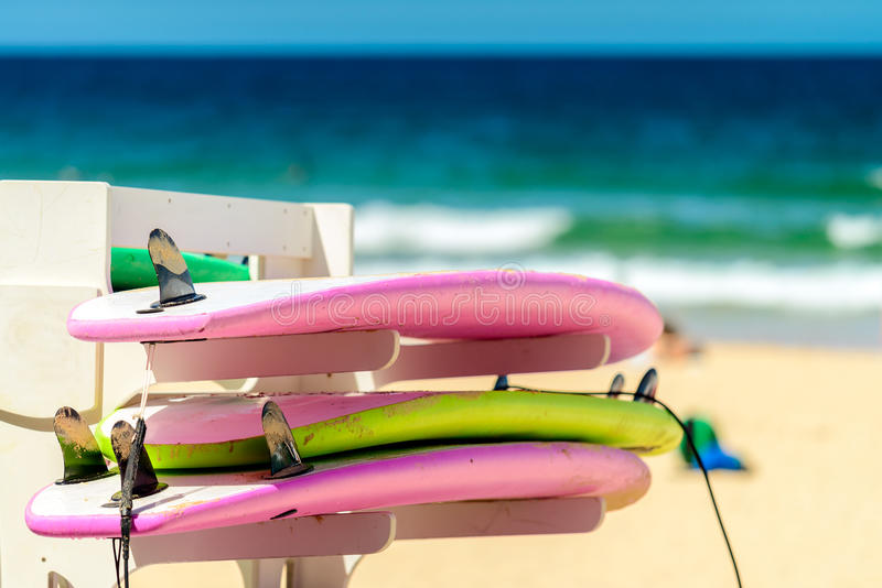 Bordi praticanti il surfing in una fila fotografia stock libera da diritti