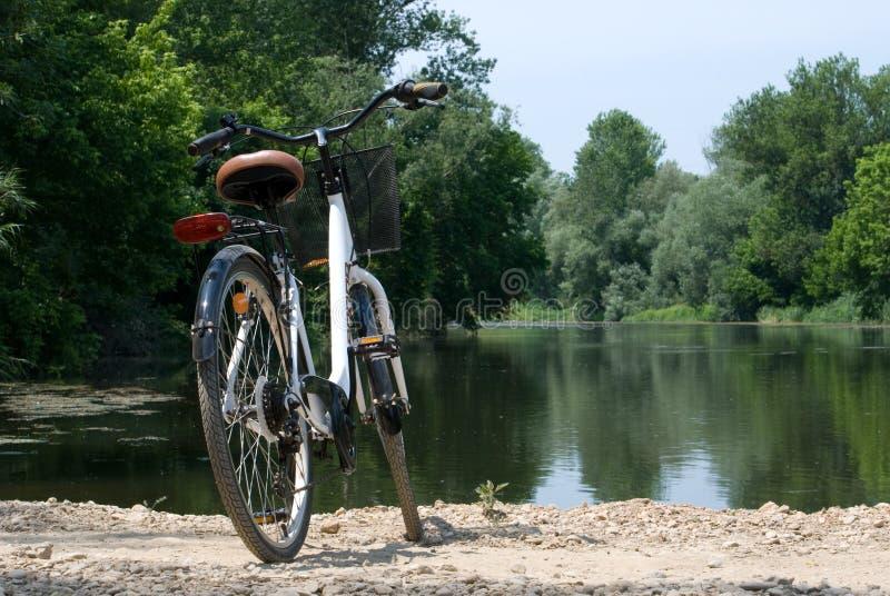 Bordils, España - 3 de junio de 2019: Bicicleta en un paisaje del río fotografía de archivo