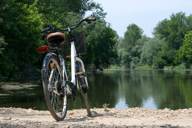 Bordils, Espanha - 3 de junho de 2019: Bicicleta em uma paisagem do rio fotografia de stock