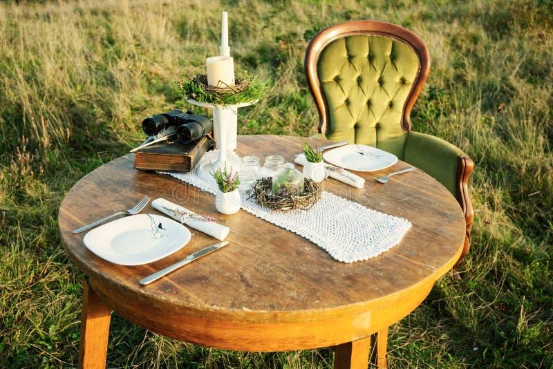 Bordlägga dekoren för romantisk afton- eller fotoperiod i naturen arkivfoton