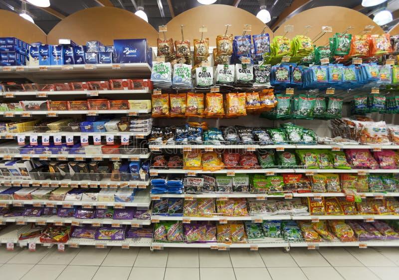 Bordlägga godisar, sötsaker och choklad Lagra supermarket arkivbilder