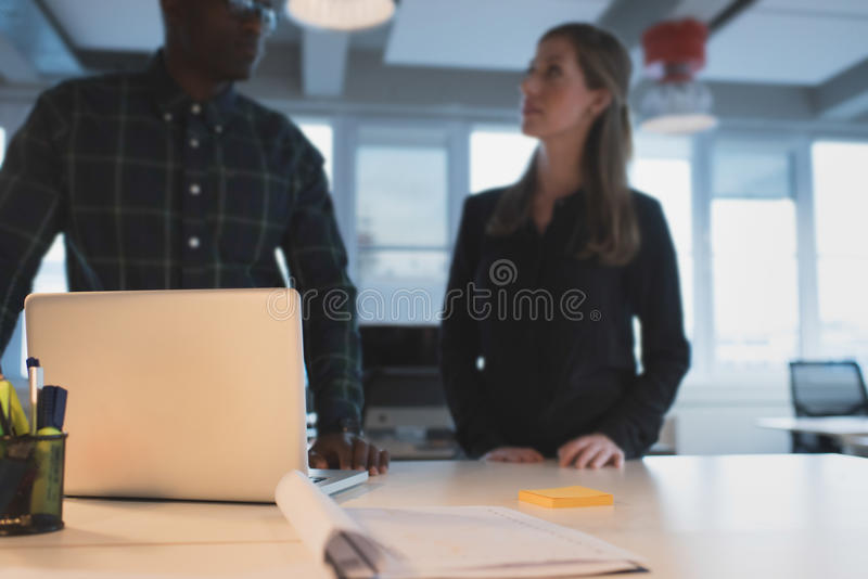 Bordlägga i regeringsställning med affärsfolk som står, genom att diskutera royaltyfri bild