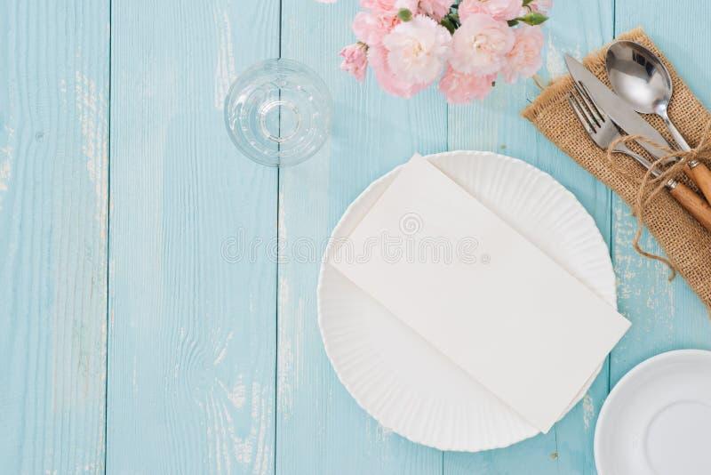 Bordlägga inställningen med plattan, dela sig och baktala på träbakgrund royaltyfri bild