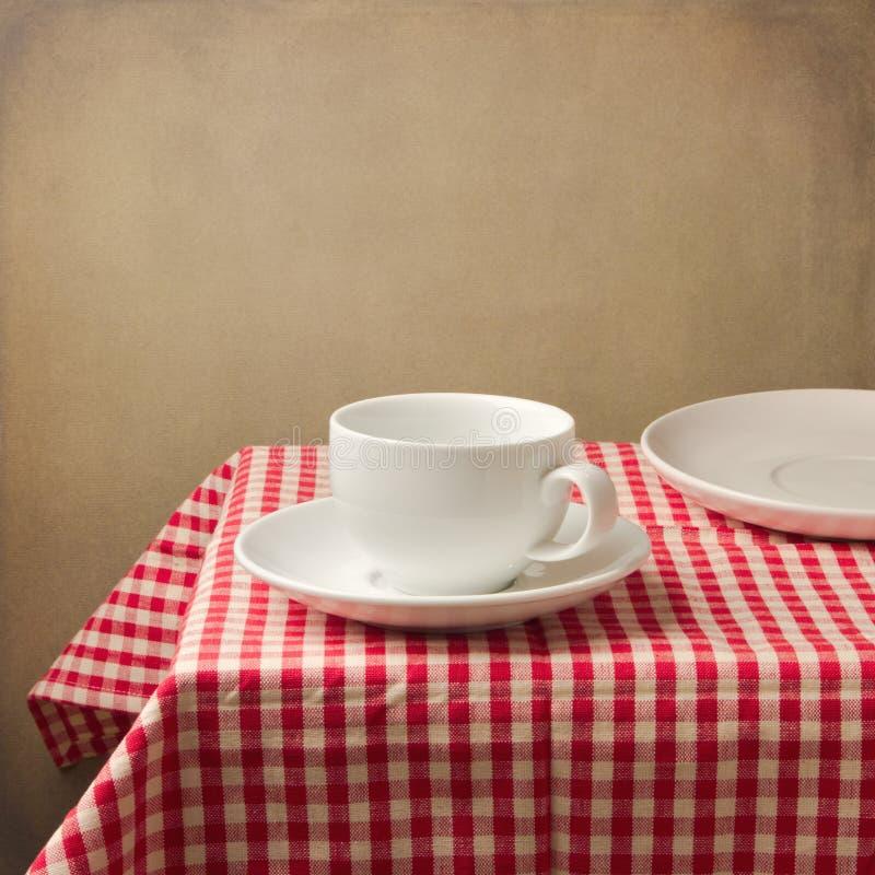 Bordlägga inställningen med vitkaffe kuper arkivbild