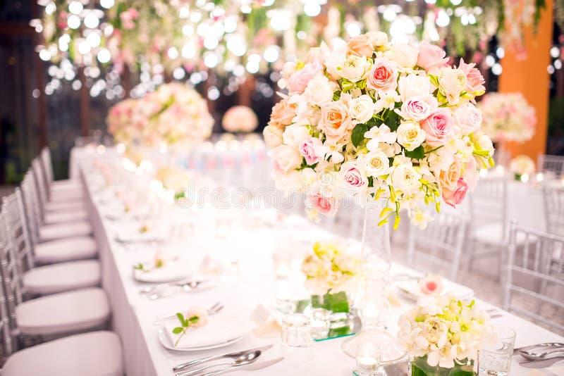 Bordlägga inställningen på ett lyxigt bröllop och härliga blommor arkivfoton