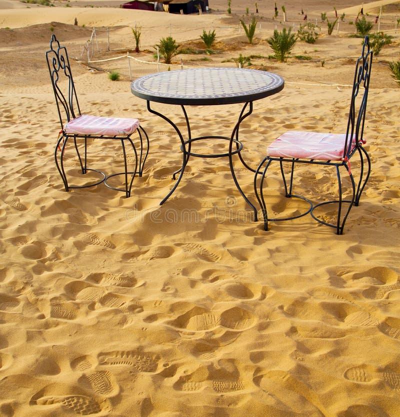 bordlägga och placera i de sert sahara Marocko africa gulingsand arkivfoton