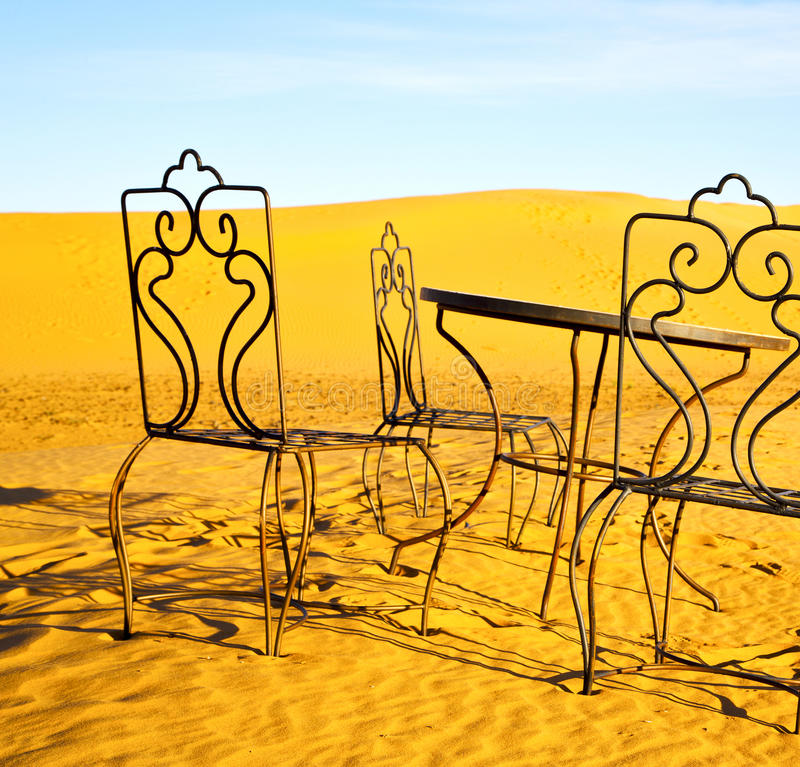 bordlägga och placera i sahara Marocko africa gulingsand royaltyfri bild