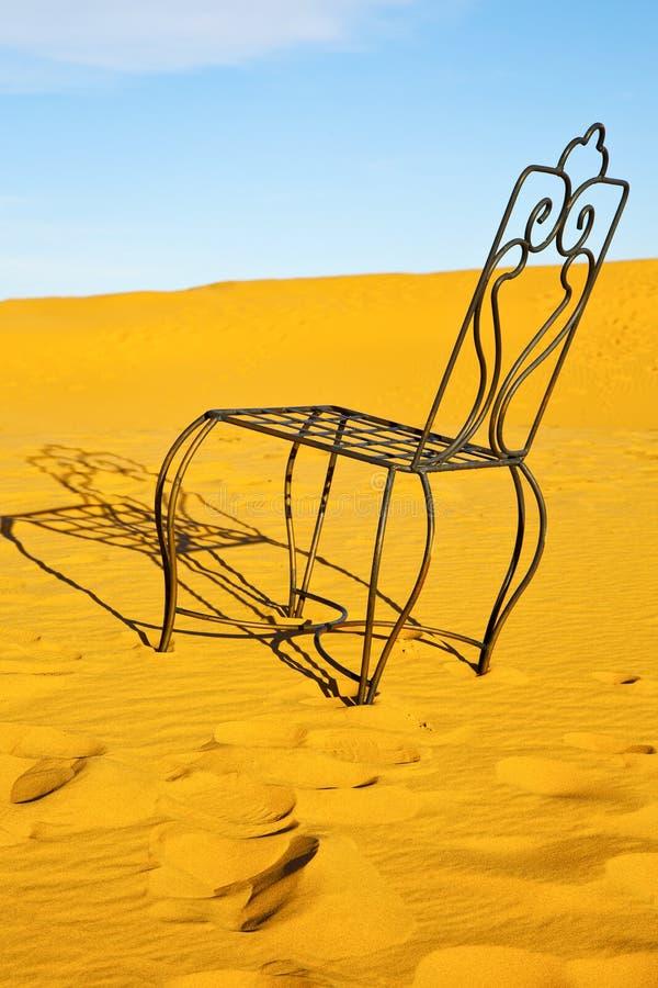 Bordlägga och placera i sand för ökensahara guling fotografering för bildbyråer
