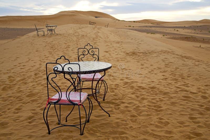 Bordlägga och placera i sand för ökensahara Marocko africa guling royaltyfria bilder