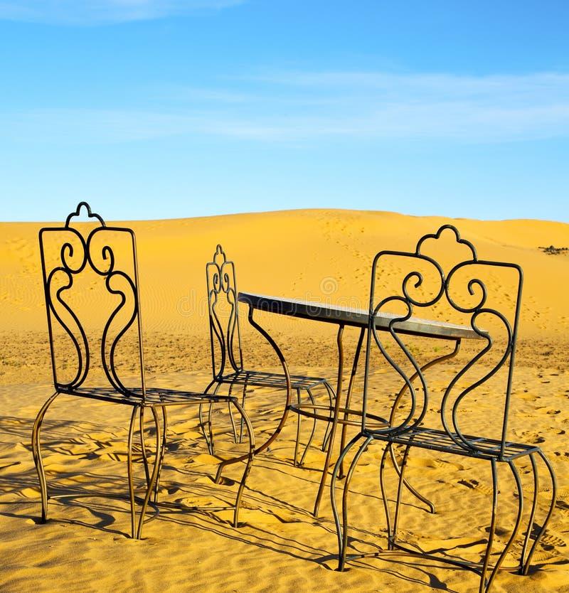Bordlägga och placera i sand för ökensahara Marocko africa guling arkivbild