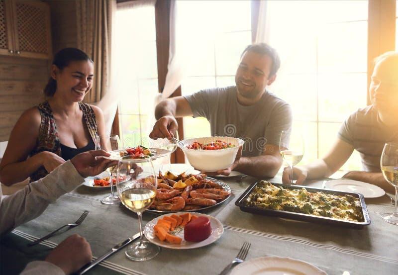 Bordl?gga med vitt vin, r?kor, sallad och graten arkivfoto