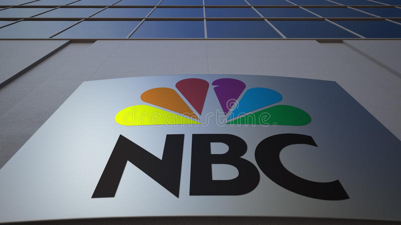 Bordo all'aperto del contrassegno con il logo di NBC di National Broadcasting Company Edificio per uffici moderno Rappresentazion fotografia stock
