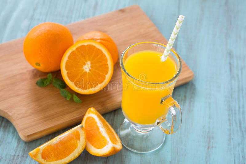 Bordo arancio fresco di Juice With Oranges On Wood immagini stock libere da diritti