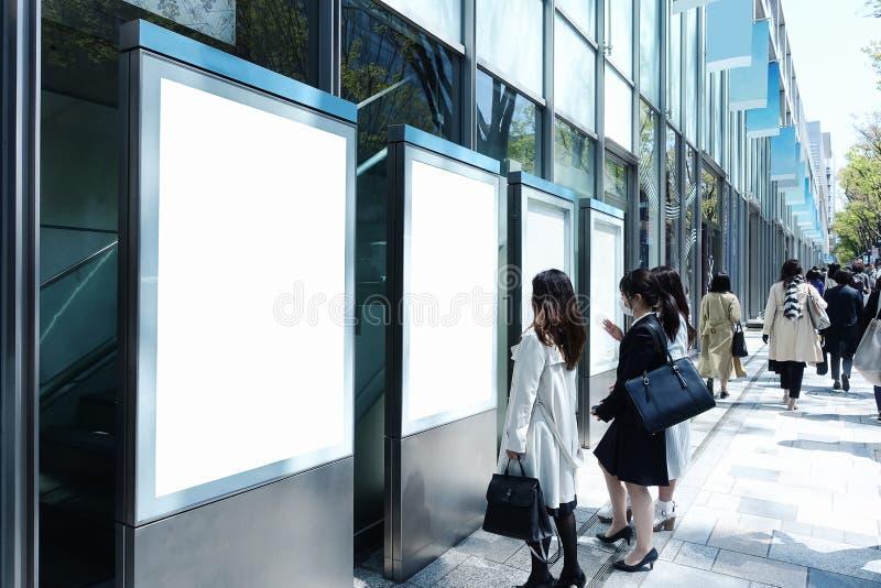 Bordo in bianco in via o nella stazione fotografia stock