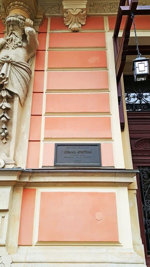 Bordo commemorativo del rk del ¼ di Karlovy Vary Mustafa Kemal Atatà su una costruzione storica fotografie stock