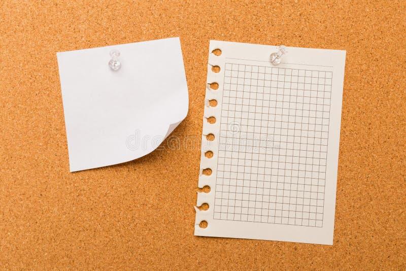Bordo con le note in bianco colorate appuntate - immagine del sughero immagine stock