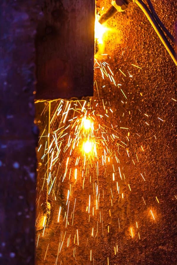 Bordo d'acciaio di taglio del lavoratore che usando la torcia del metallo fotografie stock libere da diritti