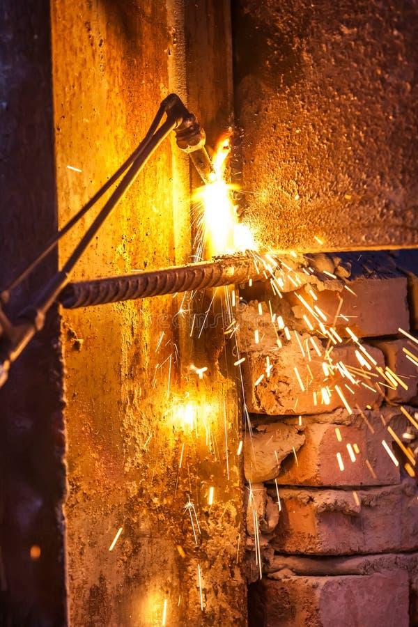 Bordo d'acciaio di taglio del lavoratore che usando la torcia del metallo fotografia stock libera da diritti