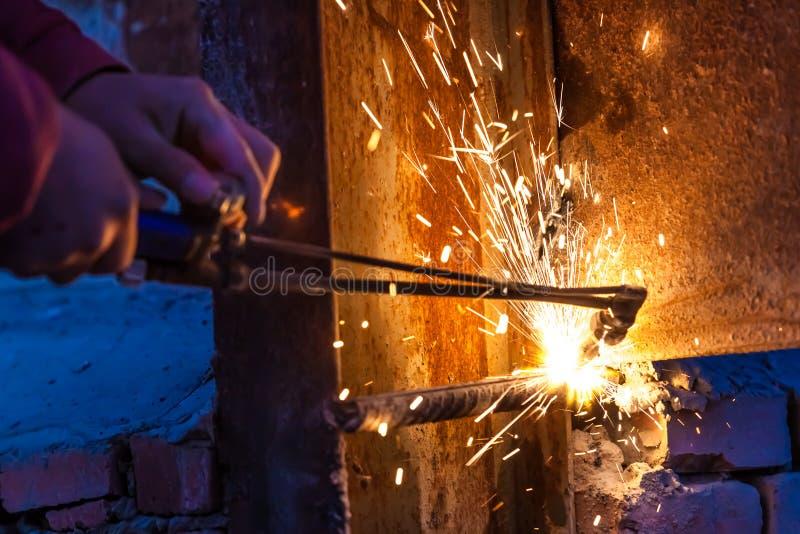 Bordo d'acciaio di taglio del lavoratore che usando la torcia del metallo immagine stock libera da diritti