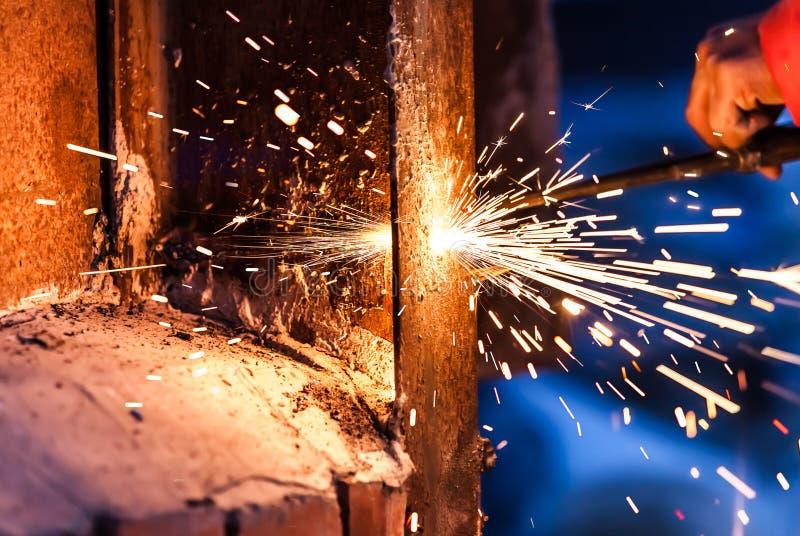 Bordo d'acciaio di taglio del lavoratore che usando la torcia del metallo immagini stock