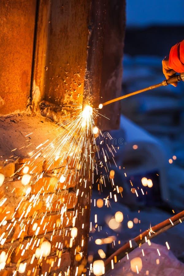 Bordo d'acciaio di taglio del lavoratore che usando la torcia del metallo fotografie stock