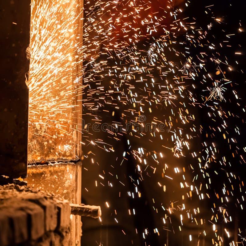 Bordo d'acciaio di taglio del lavoratore che usando la torcia del metallo immagini stock libere da diritti