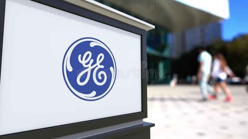 Bordo del contrassegno della via con il logo di General Electric Centro vago dell'ufficio e fondo di camminata della gente 3D edi illustrazione di stock