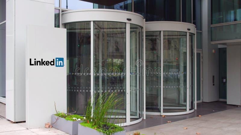 Bordo del contrassegno della via con il logo di LinkedIn Edificio per uffici moderno Rappresentazione editoriale 3D immagini stock libere da diritti