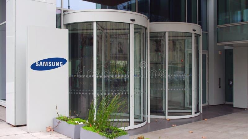Bordo del contrassegno della via con il logo di Samsung Edificio per uffici moderno Rappresentazione editoriale 3D fotografie stock libere da diritti