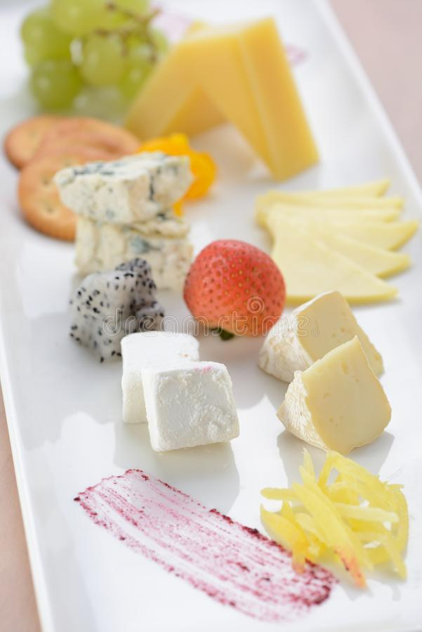 Bordo del formaggio con il grande gruppo di formaggio fotografia stock